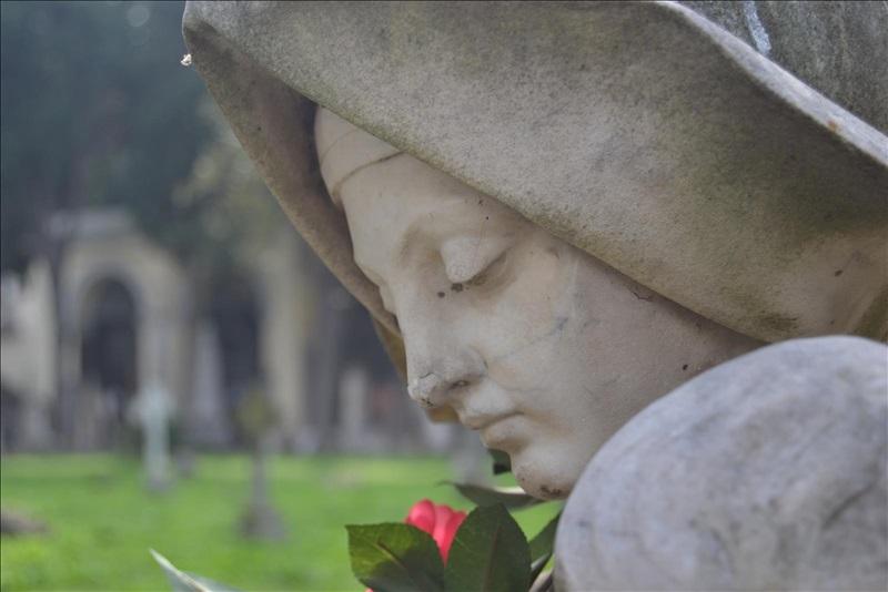 Il fascino immortale del cimitero di Bonaria. Visi, abiti e storie di donne.