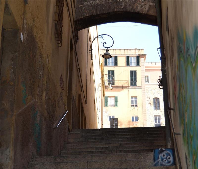 """""""Il mondo è fatto a scale"""". Cagliari e le salite."""